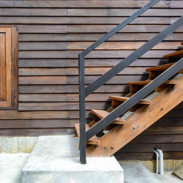 drevené schody do chaty Schody Zábradlie
