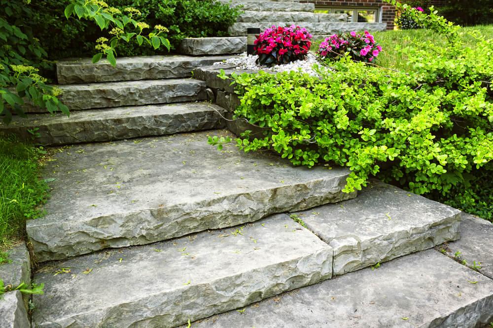 Kamenné schody v záhrade Bratislava